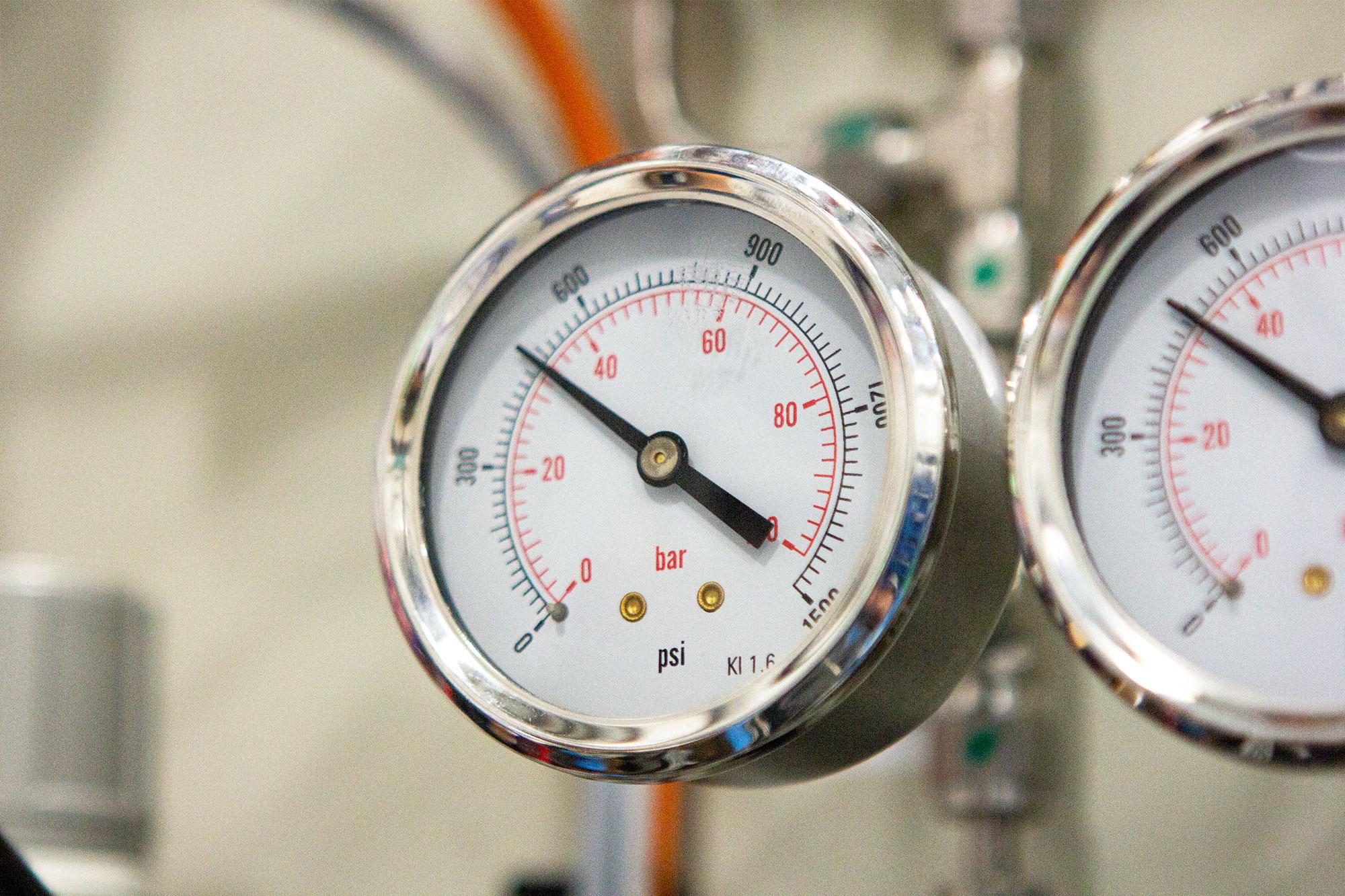 Industrial helium leak testing system