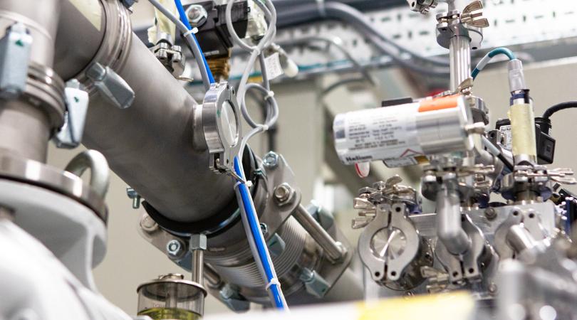 Mass spectrometer for leak testing